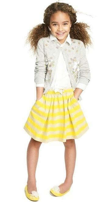 Cómo combinar: cárdigan con adornos gris, camisa de vestir blanca, falda de rayas horizontales amarilla, bailarinas amarillas