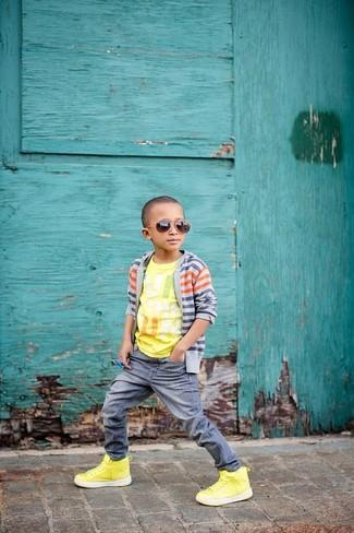 Cómo combinar: cárdigan gris, camiseta estampada amarilla, vaqueros grises, zapatillas amarillas