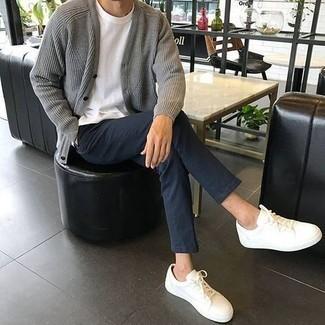 Cómo combinar un cárdigan: Intenta combinar un cárdigan con un pantalón chino azul marino para una vestimenta cómoda que queda muy bien junta. Tenis de lona blancos añaden un toque de personalidad al look.