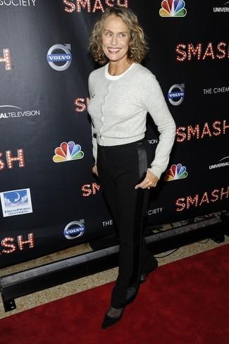 Look de Lauren Hutton: Cárdigan Gris, Camiseta con Cuello Circular Blanca, Pantalón de Vestir Negro, Zapatos de Tacón de Ante Negros