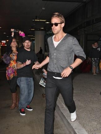 Look de Ryan Gosling: Cárdigan Gris, Camiseta con Cuello Circular Blanca, Vaqueros Negros, Zapatillas Plimsoll Blancas