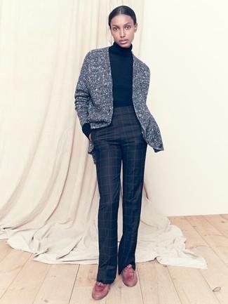 Cómo combinar: cárdigan de punto gris, jersey de cuello alto negro, pantalón de campana a cuadros negro, mocasín con borlas de cuero marrón