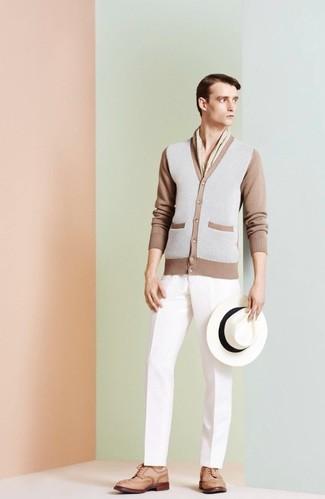 Cómo combinar: cárdigan gris, pantalón de vestir blanco, zapatos brogue de cuero marrón claro, sombrero de lana blanco