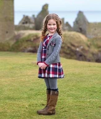 Cómo combinar: cárdigan gris, vestido de tartán en rojo y azul marino, botas marrónes, medias grises