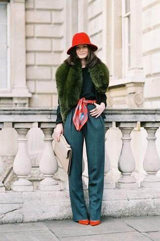 Cómo combinar: cárdigan verde oscuro, jersey con cuello circular verde oscuro, pantalones anchos en verde azulado, zapatos de tacón de cuero rojos