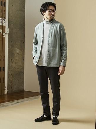 Cómo combinar un cárdigan gris: Elige un cárdigan gris y un pantalón chino en gris oscuro para conseguir una apariencia relajada pero elegante. ¿Te sientes valiente? Elige un par de mocasín de cuero negro.