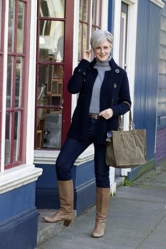 Cómo combinar: cárdigan de punto azul marino, jersey de cuello alto gris, vaqueros pitillo azul marino, botas de caña alta de cuero marrón claro