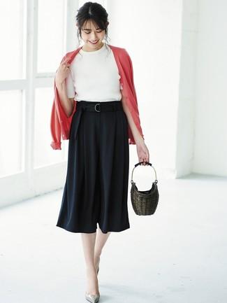 Cómo combinar: cárdigan rojo, jersey de manga corta blanco, falda pantalón negra, zapatos de tacón de cuero grises