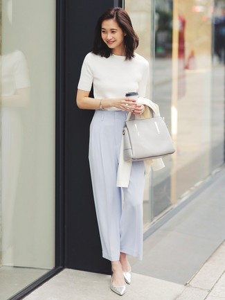 Cómo combinar: cárdigan blanco, jersey de manga corta blanco, pantalones anchos celestes, bailarinas de cuero plateadas