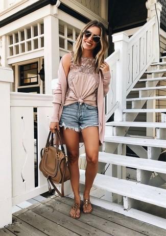 Cómo combinar: cárdigan largo rosado, blusa sin mangas de encaje rosada, pantalones cortos vaqueros azules, sandalias de dedo de cuero marrónes