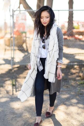 Cómo combinar: cárdigan largo gris, camisa de vestir de tartán gris, camiseta con cuello circular blanca, vaqueros pitillo azul marino