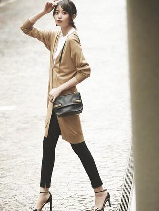 Cómo combinar: cárdigan largo marrón claro, camiseta con cuello circular blanca, pantalones pitillo negros, sandalias de tacón de cuero negras