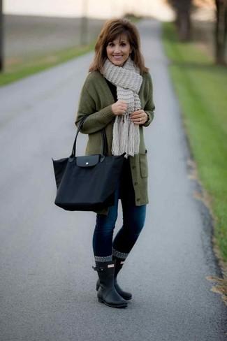 Cómo combinar una bolsa tote de lona negra: Empareja un cárdigan largo verde oliva junto a una bolsa tote de lona negra transmitirán una vibra libre y relajada. ¿Quieres elegir un zapato informal? Opta por un par de botas de lluvia negras para el día.