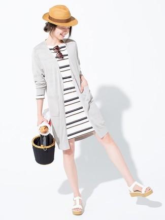 Cómo combinar un vestido casual de rayas horizontales en blanco y negro: Para un atuendo tan cómodo como tu sillón elige un vestido casual de rayas horizontales en blanco y negro y un cárdigan largo gris. Sandalias con cuña de cuero blancas son una forma sencilla de mejorar tu look.