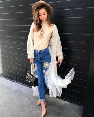 Cómo combinar: cárdigan largo en beige, vaqueros bordados azules, zapatos de tacón de cuero en beige, bolso bandolera de cuero acolchado negro