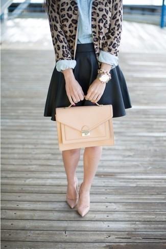 Emparejar un cárdigan de leopardo marrón y una falda skater de cuero negra es una opción cómoda para hacer diligencias en la ciudad. ¿Por qué no ponerse zapatos de tacón beige a la combinación para dar una sensación más clásica?