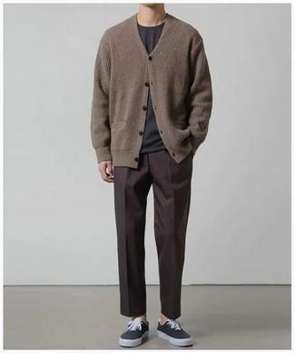 Cómo combinar una camiseta: Equípate una camiseta junto a un pantalón chino en marrón oscuro para una vestimenta cómoda que queda muy bien junta. Complementa tu atuendo con tenis de lona negros para mostrar tu inteligencia sartorial.