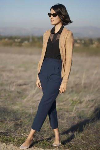 Perfecciona el look casual elegante en un cárdigan marrón claro y un pantalón de pinzas azul marino. Bailarinas de cuero grises resaltaran una combinación tan clásico.