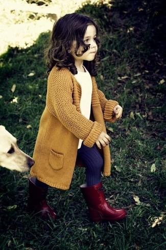 Look de moda: Cárdigan Mostaza, Camiseta Blanca, Botas de Lluvia Rojas, Medias en Violeta