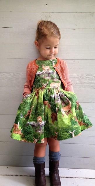 Cómo combinar: cárdigan naranja, vestido verde, botas en marrón oscuro, calcetines azul marino