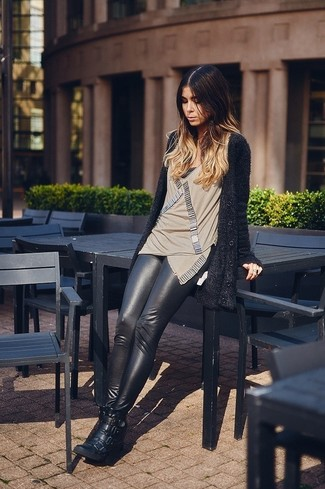 Cómo combinar: cárdigan de angora negro, blusa sin mangas con adornos en beige, leggings de cuero negros, zapatillas con cuña de cuero negras