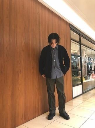 Cómo combinar un cárdigan negro: Empareja un cárdigan negro con un pantalón chino en marrón oscuro para cualquier sorpresa que haya en el día. Botas safari de cuero negras son una opción buena para completar este atuendo.