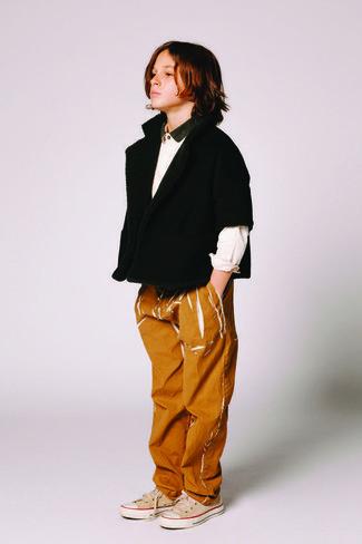 Cómo combinar: cárdigan negro, camisa de manga larga blanca, vaqueros en tabaco, zapatillas en beige