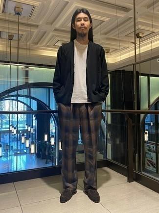 Cómo combinar un cárdigan negro: Utiliza un cárdigan negro y un pantalón chino de tartán marrón para una vestimenta cómoda que queda muy bien junta. Con el calzado, sé más clásico y opta por un par de mocasín de ante en marrón oscuro.