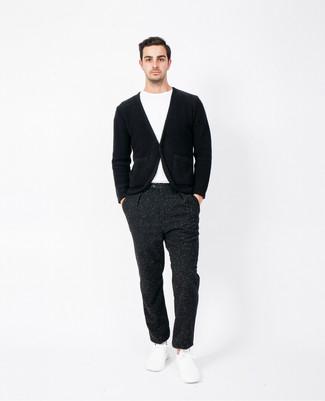 Cómo combinar un pantalón de vestir negro: Ponte un cárdigan negro y un pantalón de vestir negro para rebosar clase y sofisticación. Si no quieres vestir totalmente formal, haz tenis blancos tu calzado.
