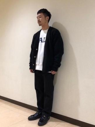 Cómo combinar un cárdigan negro: Los días ocupados exigen un atuendo simple aunque elegante, como un cárdigan negro y un pantalón chino negro. ¿Quieres elegir un zapato informal? Usa un par de tenis de cuero negros para el día.