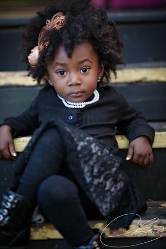 Cómo combinar: cárdigan negro, vestido de encaje negro, botas negras, medias negras