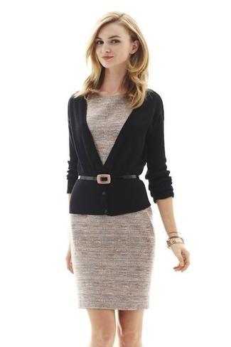 Cómo combinar: cárdigan negro, vestido tubo de tweed en beige, cinturón de cuero negro