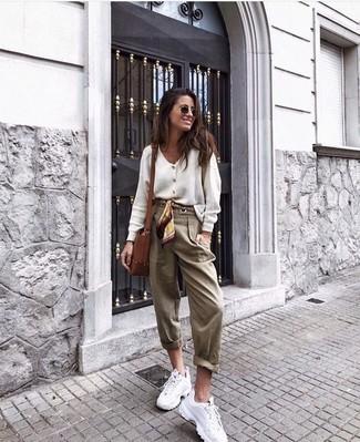Cómo combinar: cárdigan blanco, pantalón de pinzas marrón claro, deportivas blancas, bolso bandolera de cuero marrón