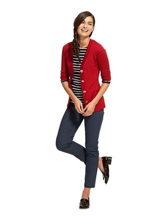 Cómo combinar: cárdigan rojo, camiseta de manga larga de rayas horizontales en negro y blanco, pantalones pitillo estampados azul marino, mocasín con borlas de cuero negro