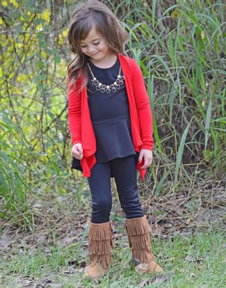 Cómo combinar: cárdigan rojo, camiseta de manga larga negra, leggings negros, botas ugg marrónes