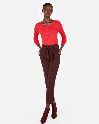 Cómo combinar: cárdigan rojo, pantalón de pinzas burdeos, botines de ante burdeos, pendientes dorados