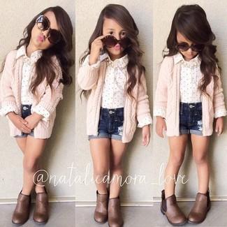 Cómo combinar: cárdigan rosado, camisa de vestir blanca, pantalones cortos vaqueros azul marino, botas marrónes