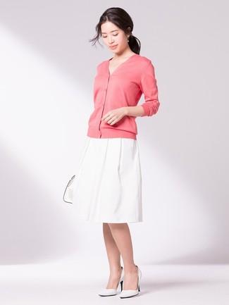 Cómo combinar un cárdigan rosado: Considera ponerse un cárdigan rosado y una falda campana blanca para cualquier sorpresa que haya en el día. Zapatos de tacón de cuero blancos son una opción perfecta para completar este atuendo.