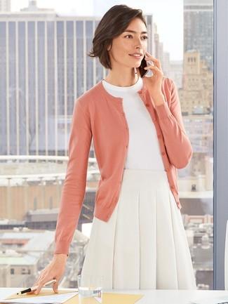 Cómo combinar: cárdigan rosado, jersey de manga corta blanco, falda campana blanca