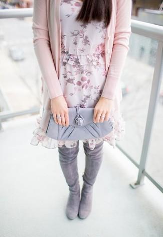 Cómo combinar: cárdigan rosado, vestido recto de gasa con print de flores rosado, botas sobre la rodilla de ante grises, cartera sobre de cuero gris