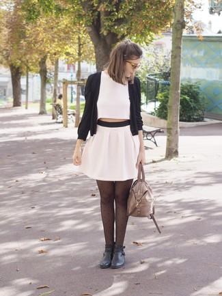 Cómo combinar: cárdigan negro, top corto blanco, minifalda plisada blanca, botines de cuero negros