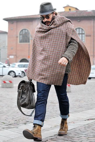 Cómo combinar: cárdigan de punto gris, vaqueros azul marino, botas casual de cuero marrónes, bolso mensajero de cuero en marrón oscuro