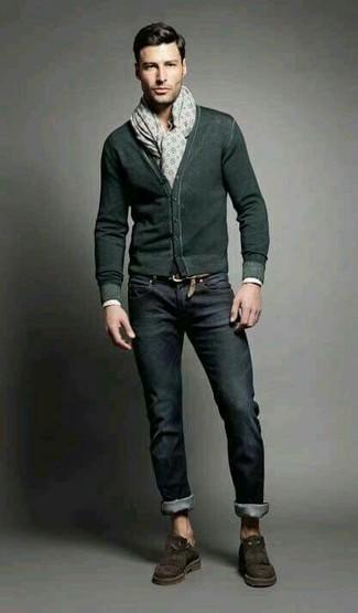 Cómo combinar: cárdigan verde oscuro, vaqueros negros, mocasín con borlas de ante en marrón oscuro, bufanda estampada en beige