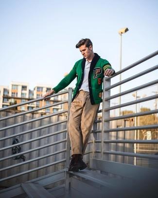 Cómo combinar: cárdigan bordado verde, camisa polo blanca, pantalón chino marrón claro, botas casual de cuero en marrón oscuro