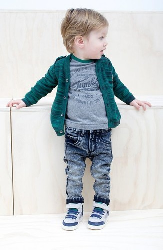 Cómo combinar: cárdigan verde oscuro, camiseta gris, vaqueros azules, zapatillas blancas