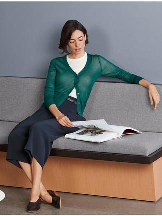Cómo combinar: cárdigan verde oscuro, jersey de manga corta blanco, falda pantalón azul marino, mocasín de cuero en marrón oscuro