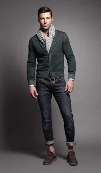 Cómo combinar: cárdigan verde oscuro, vaqueros azul marino, mocasín de ante en marrón oscuro, bufanda estampada gris