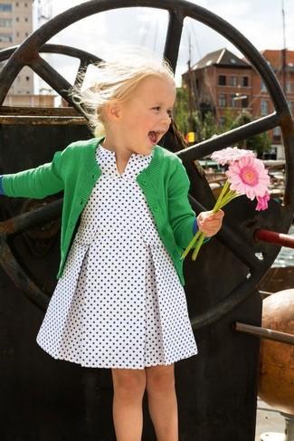 Cómo combinar: cárdigan verde, vestido a lunares blanco
