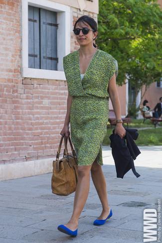e494c239 Cómo combinar: cárdigan azul marino, vestido casual estampado verde,  bailarinas de ante azules