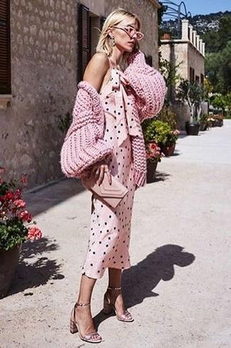 Cómo combinar: cárdigan de punto rosado, vestido de tirantes a lunares rosado, sandalias de tacón de cuero doradas, cartera sobre de cuero rosada